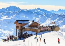 Vista del pendio innevato di Courchevel in alpi francesi Fotografia Stock