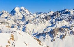 Vista del pendio innevato di Courchevel in alpi francesi Immagini Stock Libere da Diritti
