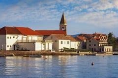 Vista del pequeño pueblo mediterráneo de Donja Lastva montenegro Imagen de archivo libre de regalías