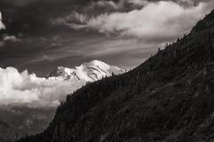 Vista del picco di Mont Blanc dal d& x27 della bacca; Emosson vicino alla città svizzera di Finhaut ed alla città francese di Cha Fotografie Stock