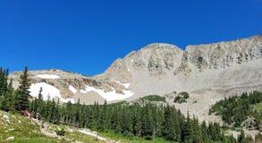 Vista del picco e dei ghiacciai di montagna Fotografia Stock