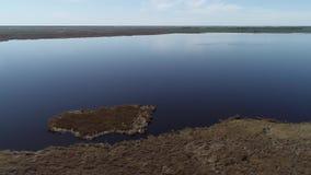 Vista del piccolo lago dall'aria archivi video