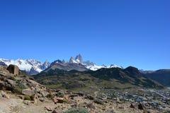 Vista del pico de Fitz Roy de la ciudad del EL Chaltén, en parque nacional del Los Glaciares, la Argentina Imagen de archivo