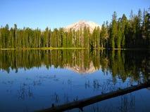 Vista del pico de Lassen del lago Fotos de archivo