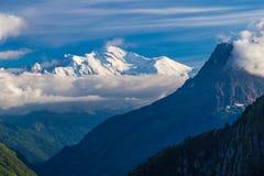 Vista del pico de Mont Blanc del d& x27 de la laca; Emosson cerca de la ciudad suiza de Finhaut y de la ciudad francesa de Chamon foto de archivo
