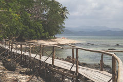 Vista del pilastro con una barca in mare Nei precedenti dell'isola Fotografia Stock Libera da Diritti