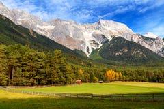 Vista del plateau di Mieminger con la gamma di alta montagna nei precedenti, paesaggio austriaco, Tirolo Fotografia Stock