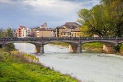 Vista del ponte attraverso la corrente di Parma, Italia Fotografia Stock Libera da Diritti