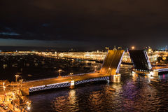 Vista del ponte del palazzo a St Petersburg Fotografie Stock
