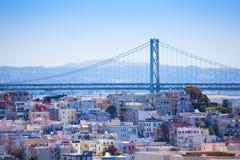 Vista del ponte della baia di Oakland sopra la zona residenziale Immagini Stock