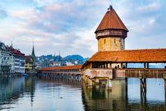 Vista del ponte della cappella e del lago famosi Lucerna Immagini Stock Libere da Diritti