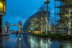 Vista del ponte della torre e del comune a Londra Regno Unito Fotografie Stock Libere da Diritti