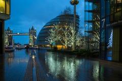 Vista del ponte della torre e del comune a Londra Regno Unito Fotografia Stock