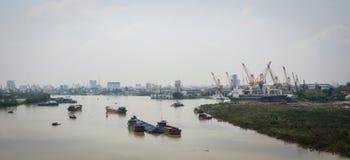 Vista del ponte di Binh con il fiume, erba verde, cielo nuvoloso Immagine Stock