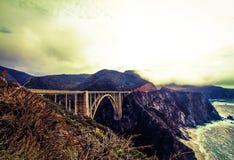 Vista del ponte di Bixby con il cielo nebbioso Fotografia Stock Libera da Diritti