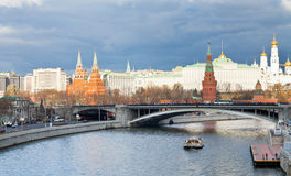 Vista del ponte di Bolshoy Kamenny al fiume di Moskva Fotografia Stock Libera da Diritti