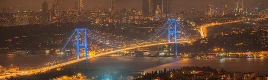 Vista del ponte di Bosphorus alla notte Costantinopoli Fotografia Stock