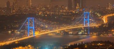 Vista del ponte di Bosphorus alla notte Costantinopoli Fotografie Stock Libere da Diritti