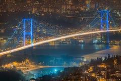 Vista del ponte di Bosphorus alla notte Costantinopoli Immagine Stock