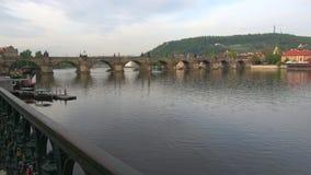 Vista del ponte di Charles ad aprile Praga, repubblica Ceca stock footage