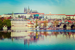 Vista del ponte di Charles sopra il fiume della Moldava e Gradchany (Praga C Fotografia Stock Libera da Diritti