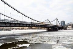 Vista del ponte di Krymsky sopra il fiume di Moskva nell'inverno fotografia stock