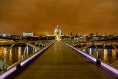 Vista del ponte di millennio e dei grattacieli di Londra, Regno Unito Fotografia Stock