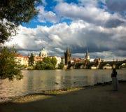 Vista del ponte di Praga sopra il fiume contro il cielo Fotografie Stock