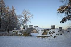 Vista del ponte a dorso d'asino nella penombra di gennaio Parco del palazzo di Gatcina Fotografia Stock Libera da Diritti