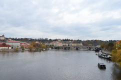 Vista del ponte e del paesaggio del fiume della Moldava a Praga, repubblica Ceca Fotografia Stock Libera da Diritti