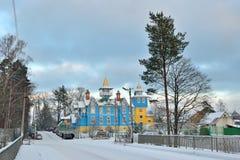 Vista del ponte ed il blu ed il bianco della chiesa Immagini Stock