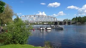 Vista del ponte ferroviario attraverso lo stretto Kyronsalmi Savonlinna video d archivio