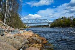 Vista del ponte ferroviario sopra il fiume di Vuoksa immagini stock
