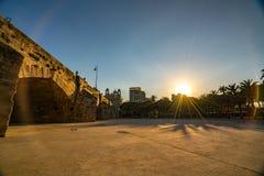 Vista del ponte pedonale di Puente Del Mar via il parco di Turia durante il tramonto valencia immagine stock libera da diritti