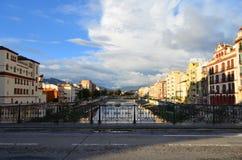 Vista del ponte sopra il fiume Guadalmedina a Malaga, Spagna Immagini Stock Libere da Diritti