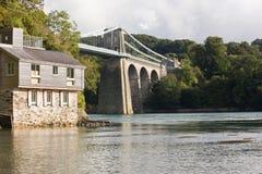 Vista del ponte sospeso di Menai dalla banca. Immagine Stock Libera da Diritti