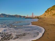 Vista del ponticello di cancello dorato dalla spiaggia del panettiere Immagine Stock Libera da Diritti