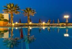 Vista del poolside de lujo en puesta del sol Fotos de archivo