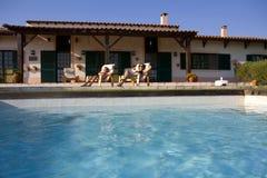 Vista del poolside di estate Fotografie Stock Libere da Diritti