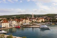 Vista del porto alla città di Supetar fotografie stock
