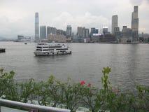 Vista del porto dal pilastro del traghetto di Wan Chai, Hong Kong immagini stock