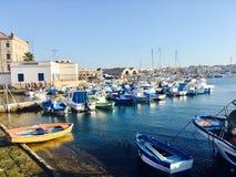 Vista del porto di Favignana immagine stock