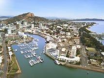 Vista del porto di Townsville sul porticciolo dell'yacht club immagini stock libere da diritti