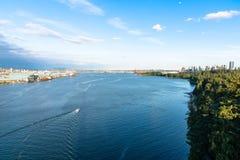 Vista del porto di Vancouver sotto cielo blu immagini stock