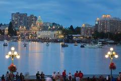 Vista del porto interno della città di Victoria con le folle che aspettano l'esposizione dei fuochi d'artificio Fotografia Stock