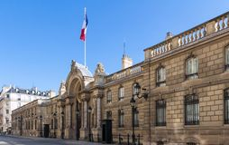 Vista del portone dell'entrata del Elysee Palace dalla ruta du Faubourg San-Honore Elysee Palace - residenza principale di fotografie stock libere da diritti
