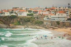 Vista del Praia das Macas con el grupo de personas que practica surf portugal Foto de archivo libre de regalías