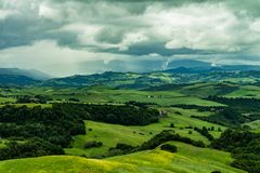 Vista del prato montagnoso coperto dalle nuvole dense fotografia stock libera da diritti