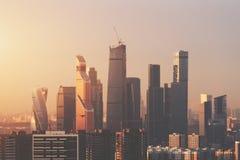 Vista del primo piano da parte migliore di grattacieli di affari Fotografie Stock