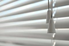 Vista del primo piano dei ciechi di finestra orizzontali immagine stock